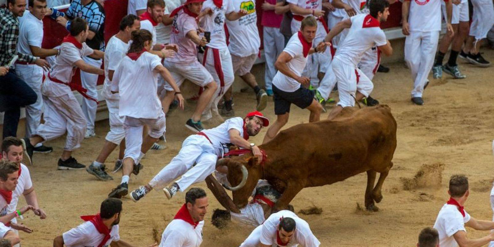 1. Santo Domingo: Los toros pueden agruparse por la pendiente de la calle. Es uno de los tramos más violentos y peligrosos, especialmente en el tramo final de entrada a la Plaza. Foto:Getty Images