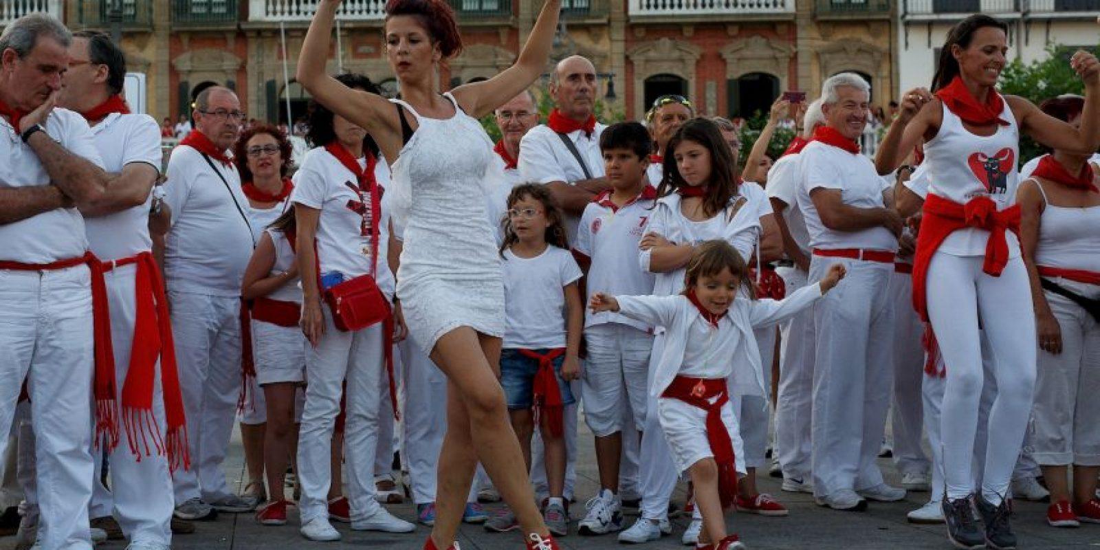 Minutos antes de las ocho horas, los mozos se congregan para pedirle a San Fermín en forma de canción Foto:Getty Images