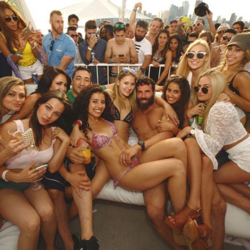 4. En dichas fotos predominan el alcohol, las mujeres, las armas y las celebridades. Foto:Vía Instagram.com/danbilzerian