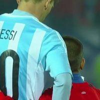 El crack argentino quedó devastado tras la derrota de su selección ante Chile en penales, y no se opuso a los abrazos y palabras de consuelo de los niños que se le acercaron. Foto:Vine