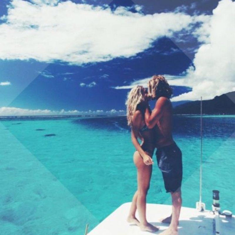 Los dos siempre aparecen felices y enamorados en lugares paradisiacos. Foto:vía Instagram/alexisalvarrez