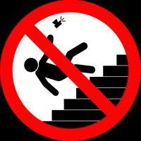 No tomarse selifes cuando suben o bajan escaleras. Foto:vía mvd.ru