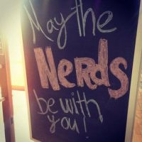"""""""Que los nerds estén con ustedes"""", se lee en una cafetería de San Diego. Foto:Instagram.com/mllekrisinnoelle"""