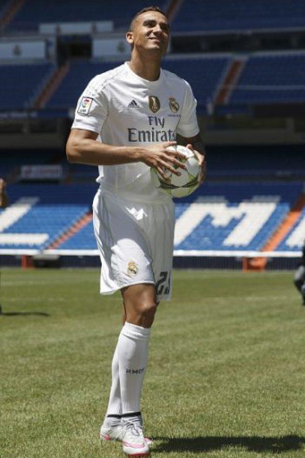 Luego se movió al Santiago Bernabéu para firmar su contrato y presentarse ante la afición. Foto:Vía facebook.com/RealMadrid
