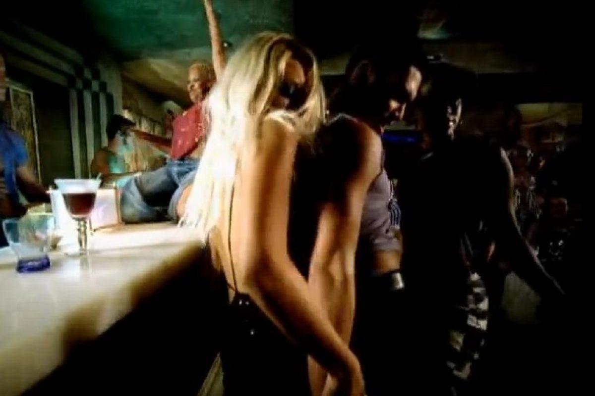 En el segundo 1:04 aparece bailando cerca de una rubia. Foto:YouTube/Vevo