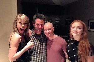 El guionista y productor del filme, Simon Kinberg, compartió una fotografía junto a la cantante, Taylor Swift, quien se encontraba de visita en el set. Foto:Twitter/Kinberg