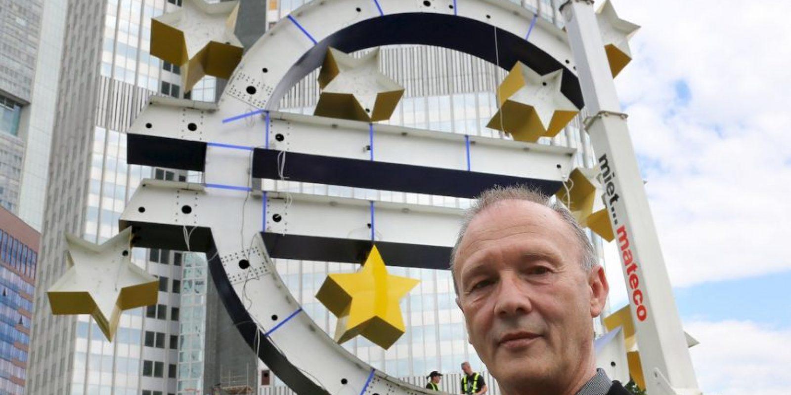 El artista Otmar Hoerl supervisa las obras de mantenimiento que su diseño sobre el euro recibe en Frankfurt, Alemania, incluyendo el terio y la colocación de nuevas estrellas. Foto:Getty Images