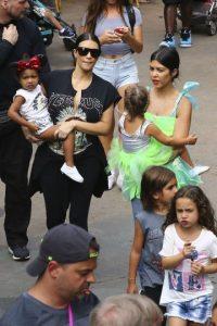 Kourtney estuvo acompañada por su madre, Kris Jenner y su hermana Kim. Foto:Grosby Group