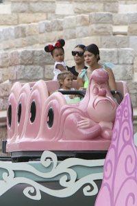 La hija de Kourtney Kardashian festejó su cumpleaños número tres en Disneylandia Foto:Grosby Group