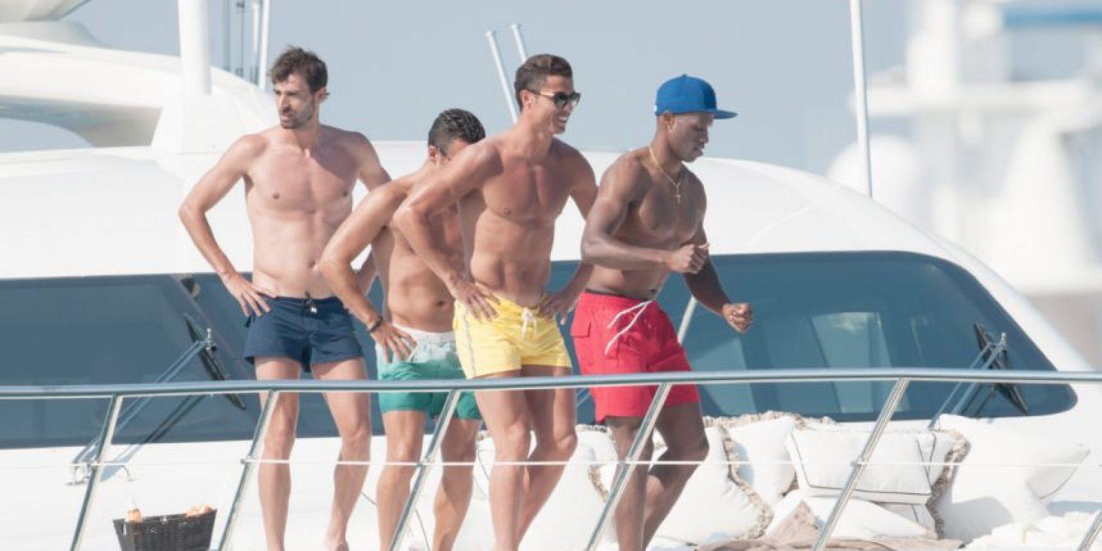 Y las playas francesas con sus amigos. Foto:Grosby Group