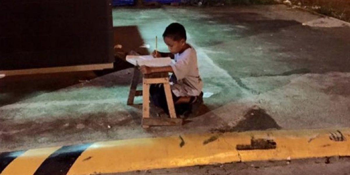 FOTO: Esta foto de niño haciendo tarea les romperá el corazón