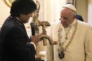 """A su llegada, recibió un polémico regalo de Evo Morales, un """"crucifijo comunista"""". Foto:AFP"""