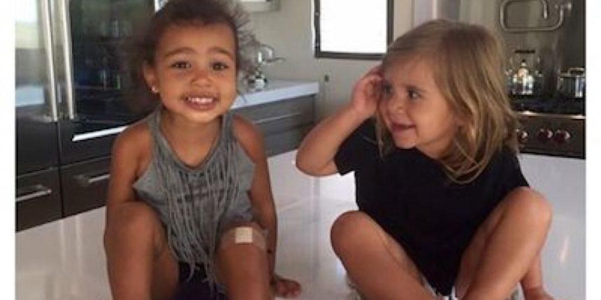 Hija de Kim Kardashian consuela a su prima tras el divorcio de sus papás