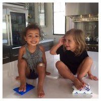 """""""Estas dos señoritas siempre se apoyan cuando lo necesitan"""", explica la esposa de Kanye West Foto:Instagram.com/KimKardashian"""