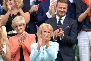 El exfutbolista inglés fue acompañado de su madre, Sandra Beckham (de naranja). Foto:Getty Images
