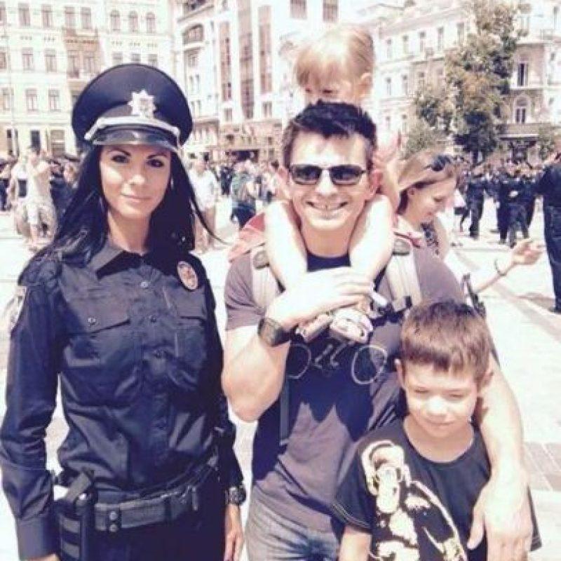 Invitan a los locales y a los turistas a tomarse un selfie con el nuevo cuerpo de policía Foto:Twitter.com/deMonte_Cristo
