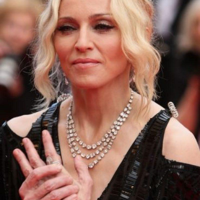 ¿Han notado que casi siempre usa guantes? La reina del pop a sus 56 años luce así sus manos. Foto:Getty Images
