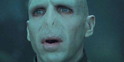 Voldemort no puede amar no por su maldad sino porque él fue concebido bajo los efectos de una poción mágica. Recuerden que su madre era Mérope Gaunt, una descendiente de Slytherin, que era pobre y no muy agraciada. Ella hizo que el rico y apuesto Tom Riddle bebiese una poción de amor para casarse con ella. Foto:vía Warner Bros