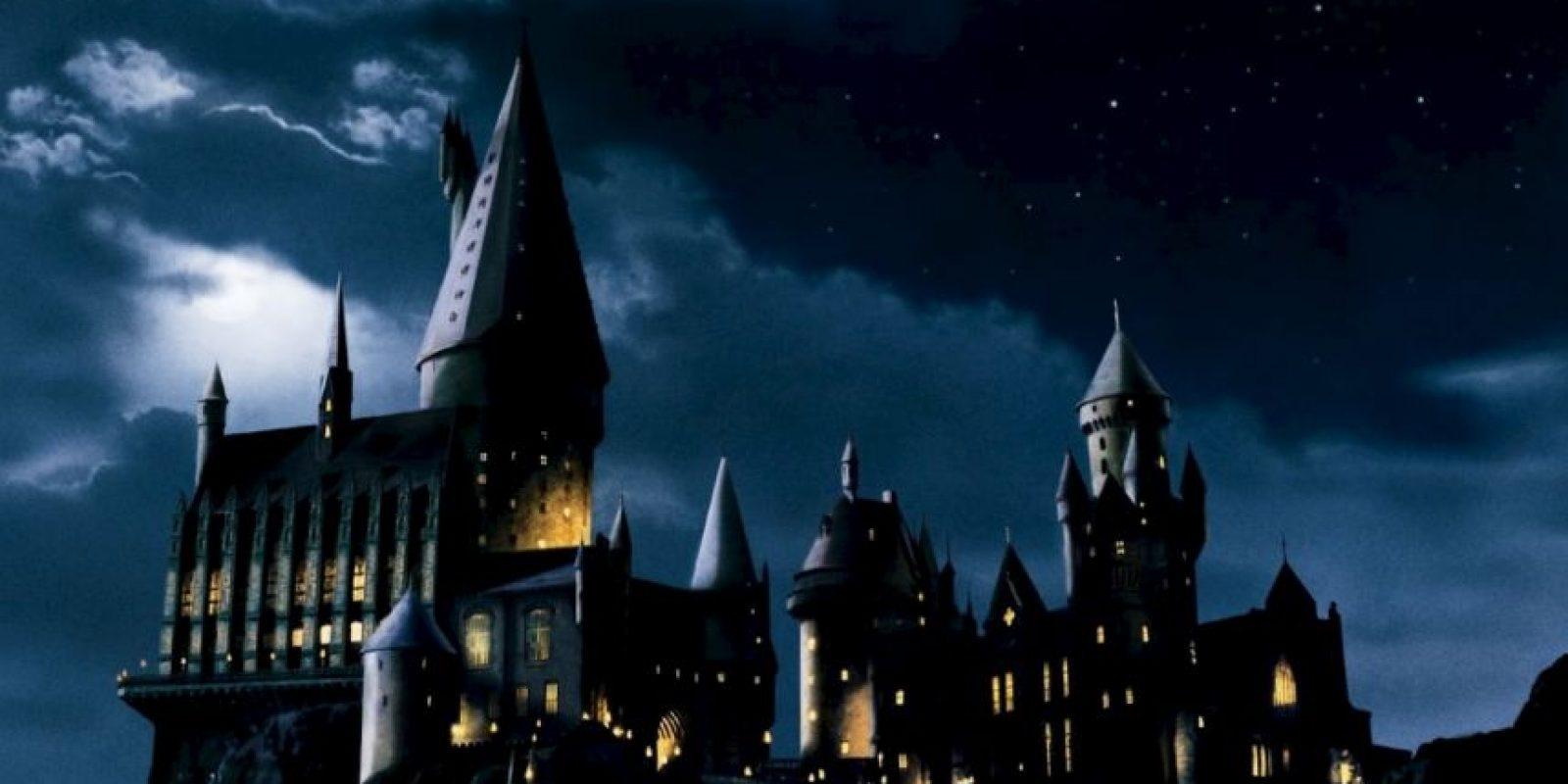"""Si un muggle de por casualidad se llegara a aparecer en Hogwarts, este solo se vería como un edificio ruinoso con el anuncio de """"peligro"""". Foto:vía Warner Bros"""