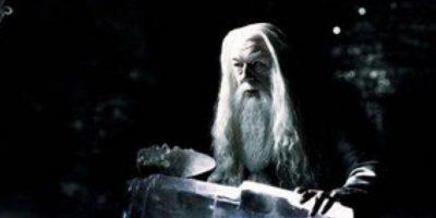 La historia de Dumbledore es muchísimo más oscura de lo que se ve en las películas: Su hermana, Ariana, quedó con su magia incontrolable. Esto mató a la madre, Kendra. Fuera de eso, en un duelo contra Gellert Grindelwald, la niña terminó muerta. Foto:vía Warner Bros