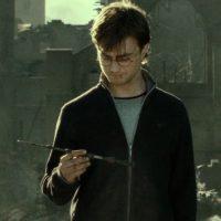 Harry hizo lo propio al tirar la Varita de Sauco, la más poderosa del mundo. Foto:vía Warner Bros