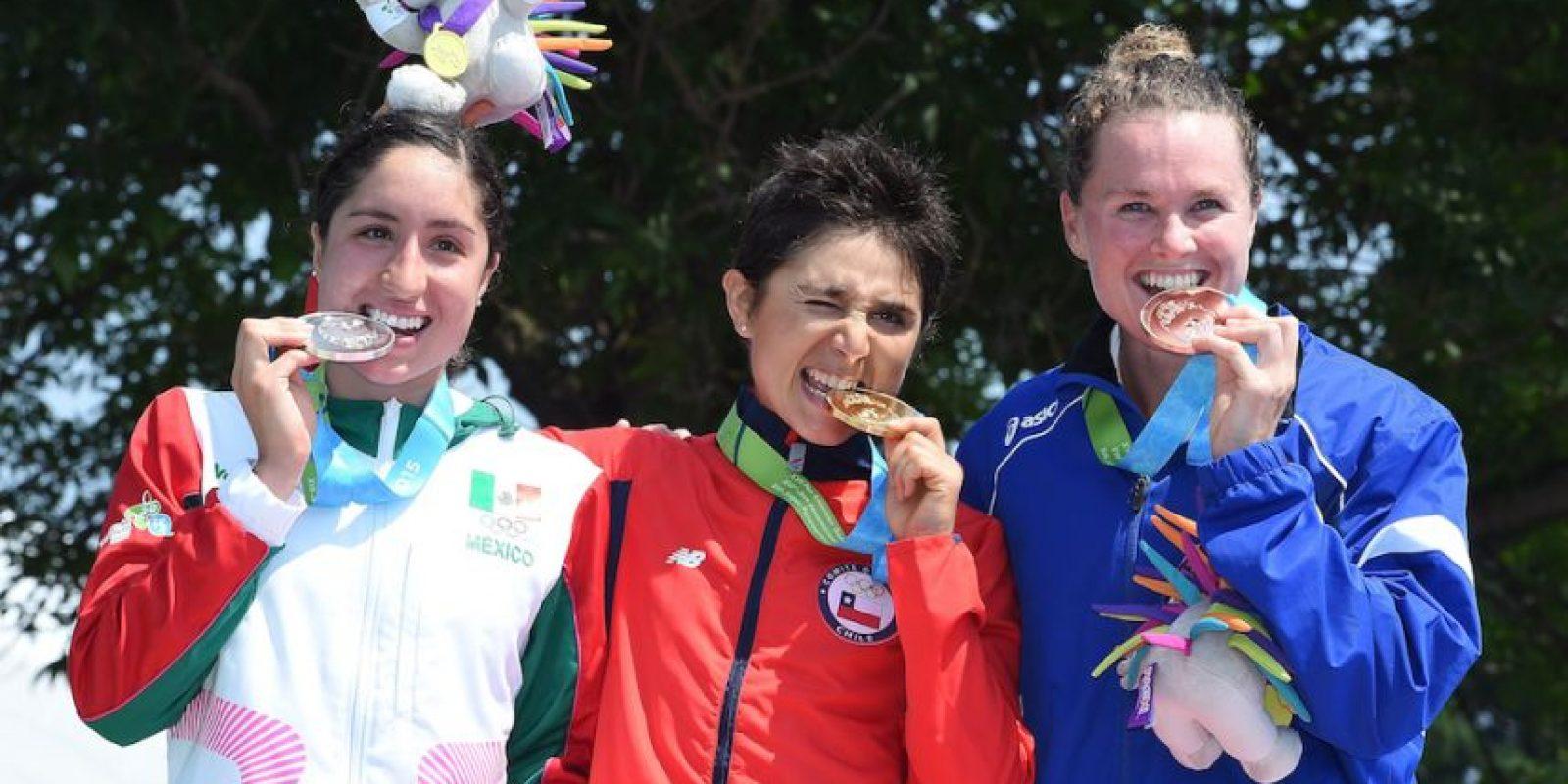 Paola Díaz de México fue plata (izquierda), Bárbara Riveros ganó oro (centro) y Flora Duffy de Bermudas obtuvo bronce (derecha). Foto:Getty Images