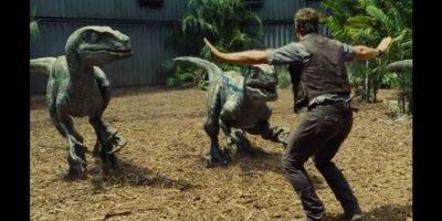 "Robert Downey Jr. recreó la escena de ""Jurassic World"" en la que aparece Chris Pratt intentando tranquilizar a un grupo de velociraptor. Foto:Universal"