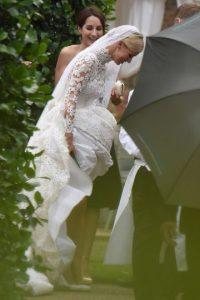 Al llegar a The Orangery, la novia se encontró con otro accidente. La cola del vestido estaba redada por lo que Nicky mostró más de lo debido. Foto:Grosby Group