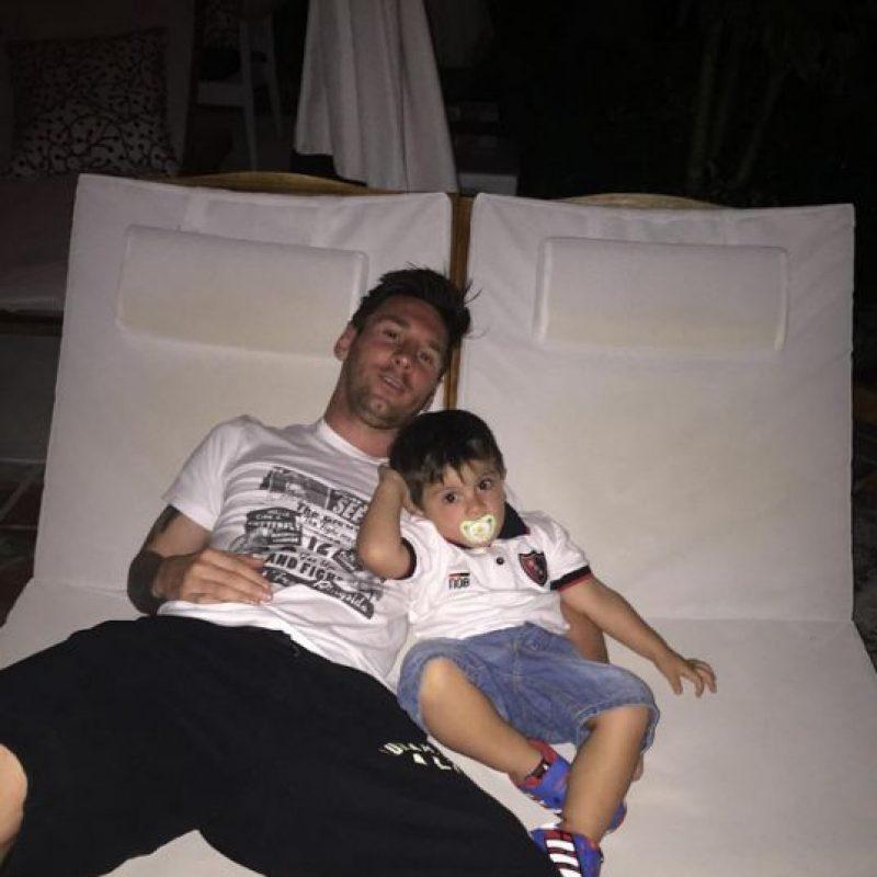 En la última foto que compartió Leo Messi en sus redes sociales, aparece su hijo Thiago con una camiseta de Newell's Old Boys. Foto:Vía instagram.com/leomessi