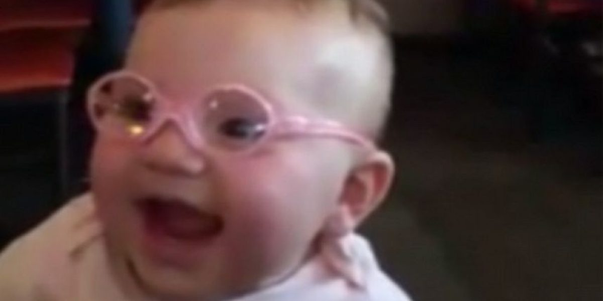 VIDEO: Así reaccionó esta bebé al ver claramente a sus padres por primera vez