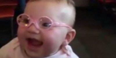 Piper mostró su gran alegría al recibir sus lentes. Foto:Vía Youtube