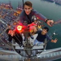 En Nueva York un chico de 24 años subió al puente de Brooklyn con la única intención de sacarse un selfie desde las alturas Foto:Instagram @daniel__lau