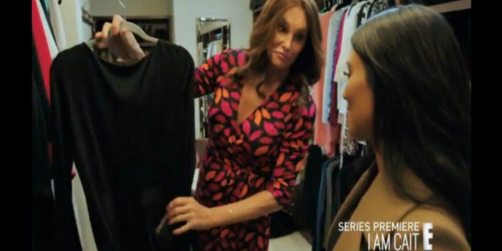 Caitlyn le muestra un hermoso vestido negro a Kim Kardashian que, parece ser, acaba de comprar. Foto:YouTube/Enews