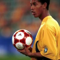 Increíble. Este delgado jovencito (y sin largos rizos) se convertiría años más tarde en uno de los mejores futbolistas de nuestra época. Foto:Getty Images