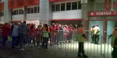 La hinchada ya se encuentra en los alrededores del estadio Foto:Vía twitter.com/SCInternacional