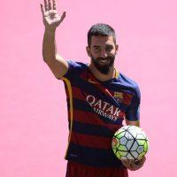 Arda Turán también lo llevó en su presentación con el Barça. Foto:Getty Images