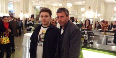 Este joven se retrató con el impostor de Hugh Laurie Foto:vía collegehumor.com