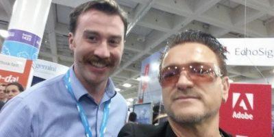 Este es el mejor imitador de Bono Foto:vía collegehumor.com