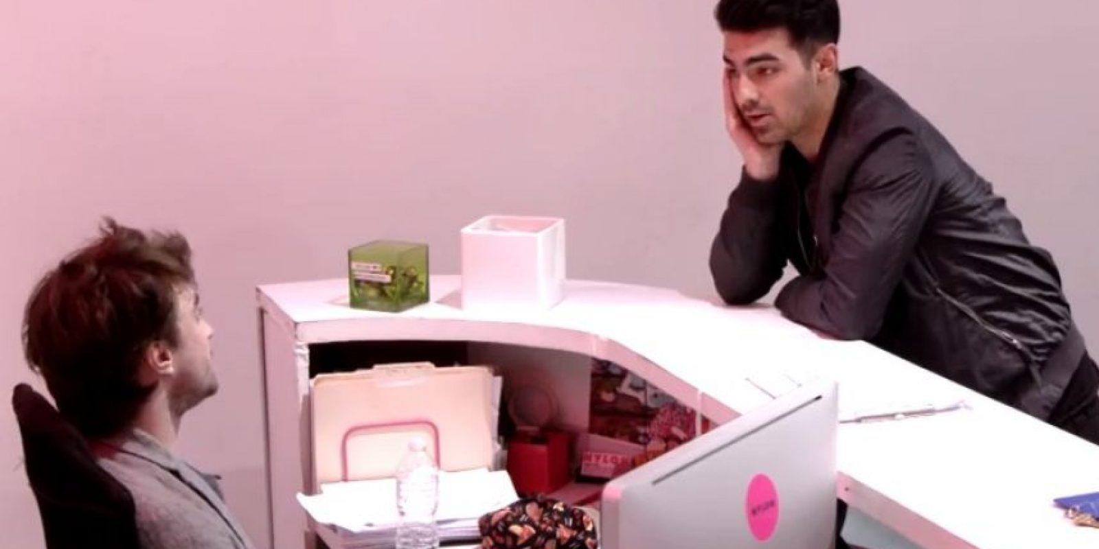 Joe Jonas también participó en la broma. Foto:YouTube/NYLON Magazine