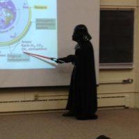 El maestro que se disfraza de Darth Vader para dar una clase. Foto:vía Imgur