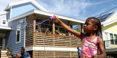 En la actualidad, siguen construyendo casas y edificios para las comunidades más necesitadas. Foto:vía facebook.com/MIRNOLA