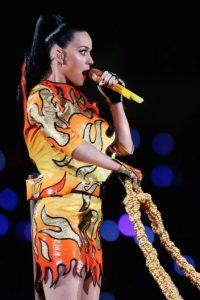 """Con un traje en """"llamas"""" y montando un tigre gigante, la cantante abrió el show. Foto:Getty Images"""