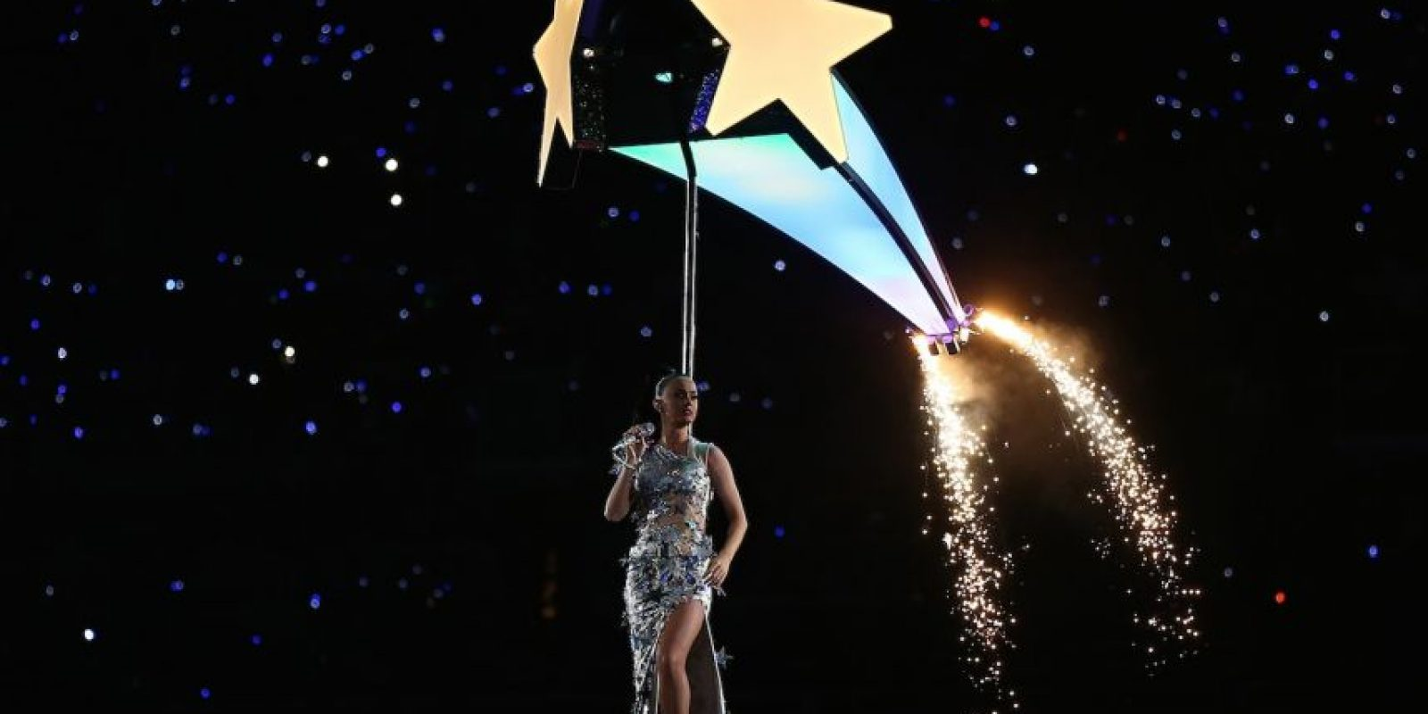 """El performance terminó cuando Perry subió a una estrella que se elevó y la llevó a recorrer el escenario mientras cantaba """"Fireworks"""" Foto:Getty Images"""