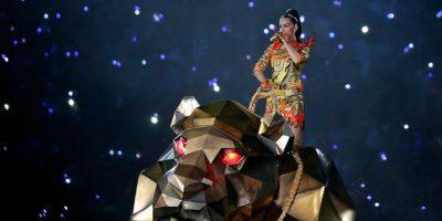 """Interpretó el tema """"Roar"""" mientras la audiencia la veía salir por un costado del estadio. Foto:Getty Images"""