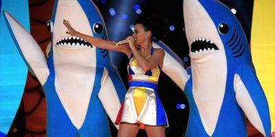 """Rodeada de pelotas de playa, palmeras y tiburones bailarines, Perry interpretó los temas """"Teenage Dream"""" y """"California Gurls"""" Foto:Getty Images"""