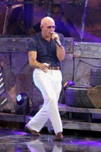 Pitbull sigue arremetiendo contra Donald Trump y durante los Premios Juventud, el rapero le hizo una advertencia el empresario Foto:Getty Images