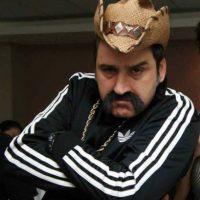 """Díaz ha participado en varias producciones colombianas, pero su personaje de 'El Cabo' le ha dado mucha popularidad, sobre todo en México. De hecho, hizo del mismo personaje en """"El Señor de los Cielos"""". Ahora hace una rutina de comedia interpretando al narco. Foto:vía Facebook/Robinson Díaz"""