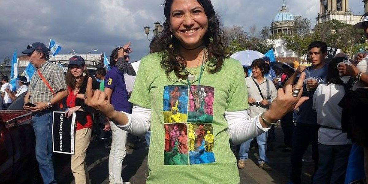 FOTOS. María Maldonado hace un regalo a sus compañeros manifestantes más asiduos