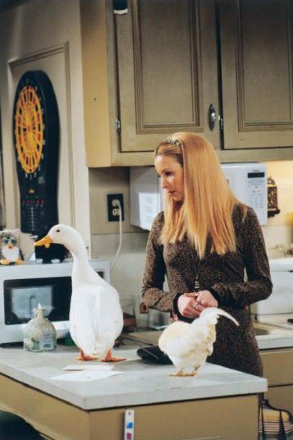 """Tras el embarazo de Lisa Kudrow en 1998, los guionistas cambiaron la trama para que """"Phoebe"""" también prestará su vientre a un embarazo de trillizos. Foto:vía facebook.com/friends.tv"""