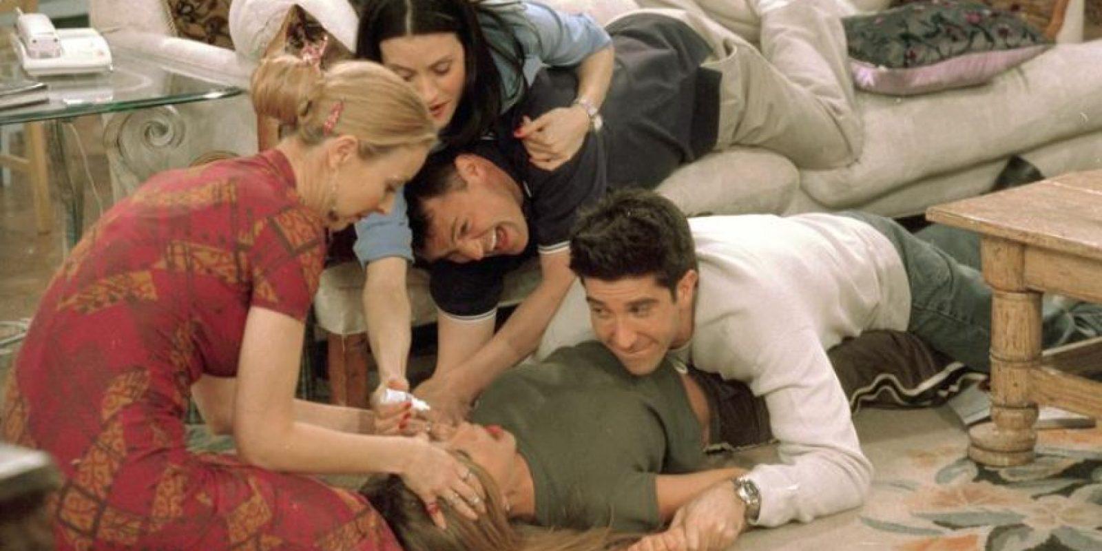 """Todos los personajes se besaron en algún momento, excepto """"Monica"""" y """"Phoebe"""". Foto:vía facebook.com/friends.tv"""